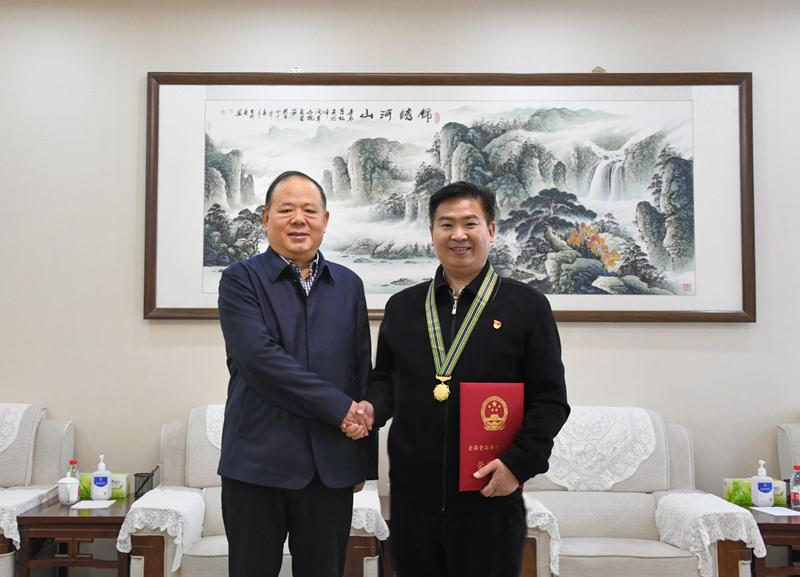 省局党组书记、局长马林青与我市先进个人刘国平_副本.jpg